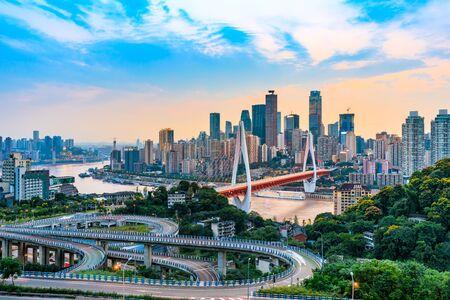 Krajobraz architektury miasta o zachodzie słońca i piękne niebo w Chongqing
