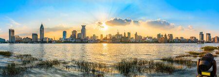 Horizonte de la ciudad y hermoso cielo al atardecer en Shanghai