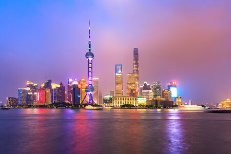 Paisaje de la ciudad de noche y luces de colores en Shanghai Foto de archivo