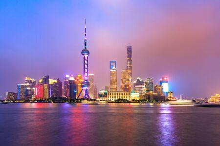 Paysage urbain de nuit et lumières colorées à Shanghai Banque d'images