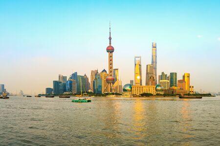 Puesta de sol hermosa ciudad y río en Shanghai