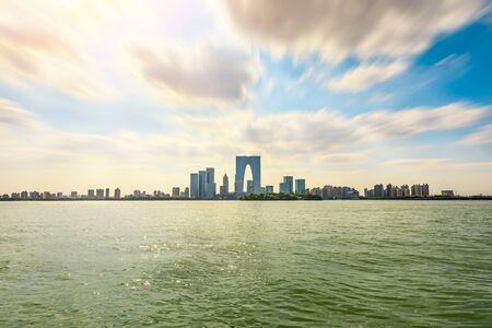 Bellissimo skyline della città e tranquillo lago a Suzhou al tramonto