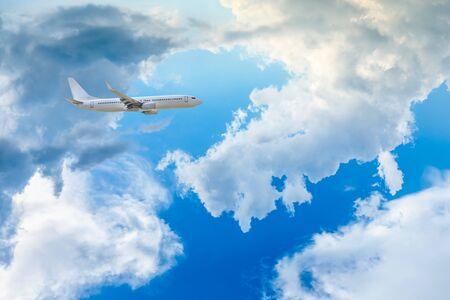 春の高高度飛行機と美しい空 写真素材