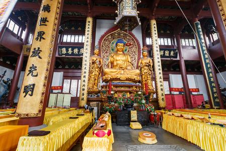templo: Hangzhou, China - el 26 de agosto, 2015: Hangzhou Lingyin Templo del Buda en el interior, Lingyin Templo es un famoso templo budista chino, Lingyin Templo es uno de los famosos lugares de inter�s tur�stico en Hangzhou.