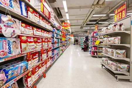 항주 (杭州), 중국 - 9 월 8 일에, 2015 : 월마트 슈퍼마켓 내부보기, 월마트는 월마트가 소매에 주로 관여, 미국의 세계적인 체인 기업이다.