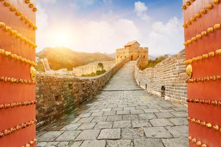 puertas viejas: La Gran Muralla en la puesta de sol, en Beijing, China Foto de archivo
