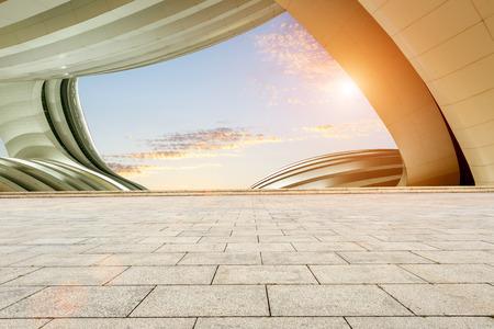 スカイラインと建物と空の正方形の床