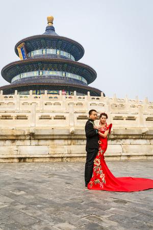 heaven: Beijing, China - 17 de septiembre, 2015: una pareja de reci�n casados ??chinos para sus fotos de boda en el templo del parque del cielo, el templo del parque del cielo es una famosa atracci�n tur�stica en China.