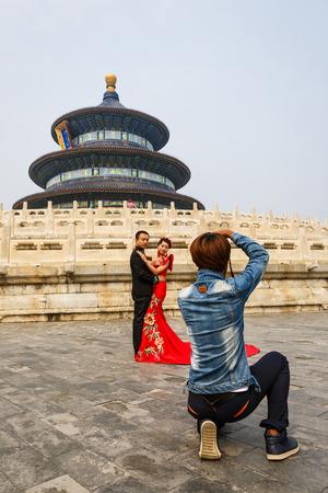 cielo: Beijing, China - 17 de septiembre, 2015: una pareja de reci�n casados ??chinos para sus fotos de boda en el templo del parque del cielo, el templo del parque del cielo es una famosa atracci�n tur�stica en China.