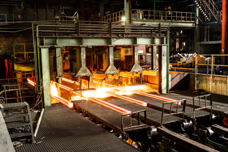 siderurgia: Horno de fundición de metal en las fábricas de acero Foto de archivo