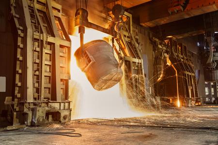 peligro: Horno de fundici�n de metal en las f�bricas de acero Foto de archivo