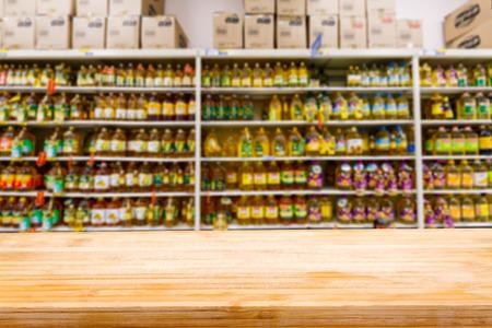 Holztischplatte und Supermarkt Fuzzy-Speiseöl Hintergrund