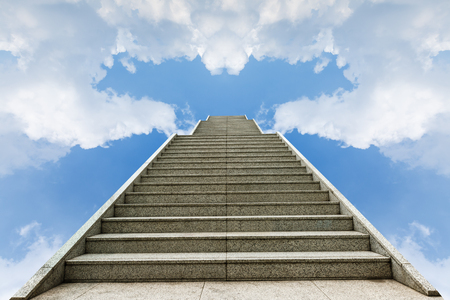 cielo: escalera de hormig�n que va arriba en un cielo azul