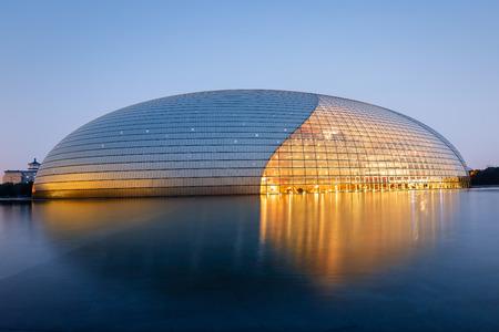 Beijing, China - op 16 september 2015: De mooie scène van de National Grand Theater National Center for the Performing Arts van China in de avond, een van de beroemdste bezienswaardigheden van Beijing.