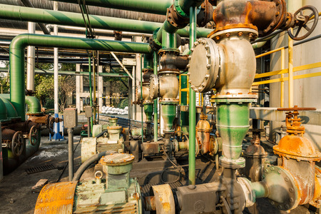 maquinaria pesada: antiguo equipo industrial de la tubería dentro de las fábricas de acero abandonados