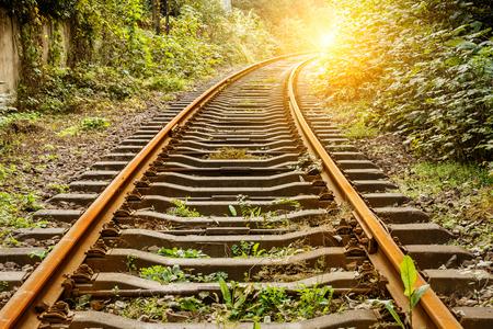 vía del tren industrial durante el día