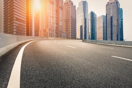 Het moderne stedelijke commerciele gebouw en de asfaltweg
