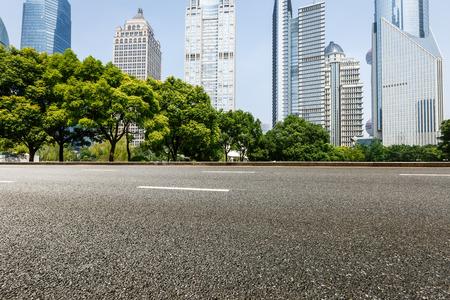 Het moderne stedelijke commerciële gebouw en de asfaltweg Stockfoto