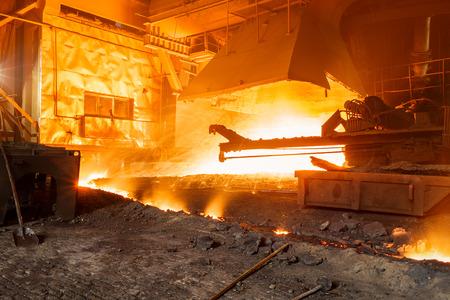 Hoogoven smelten vloeibaar staal in staalfabrieken Stockfoto - 54714287