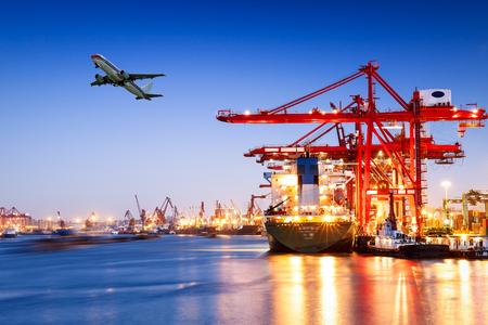 夕暮れ時の工業用コンテナー貨物貿易港シーン