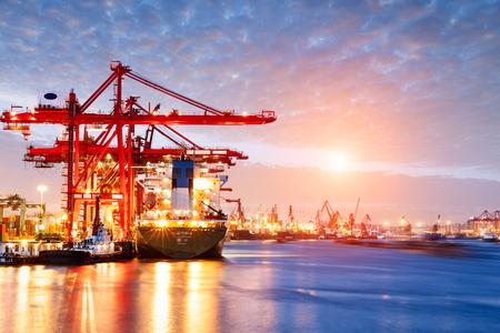 Industriële container vracht Trade Port scène bij zonsondergang