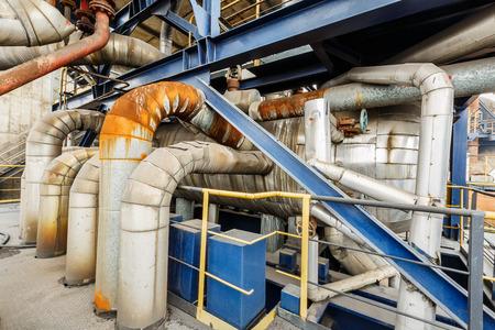 ingenieria industrial: equipos de tuberías del evaporador de refrigeración de agua industrial en la fábrica de acero de edad