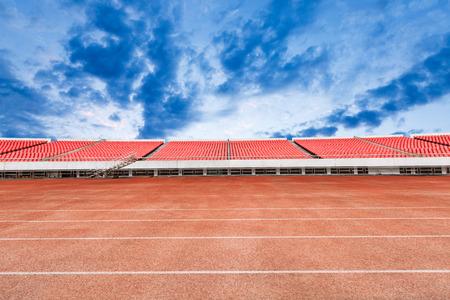 gradas estadio: pista de atletismo y gradas en el estadio