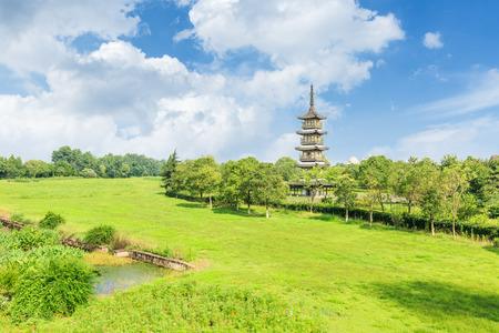 turismo ecologico: ancient pagoda at the city parks Foto de archivo