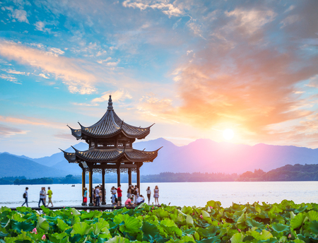 ancient pavilion of Hangzhou west lake at dusk, in China Standard-Bild
