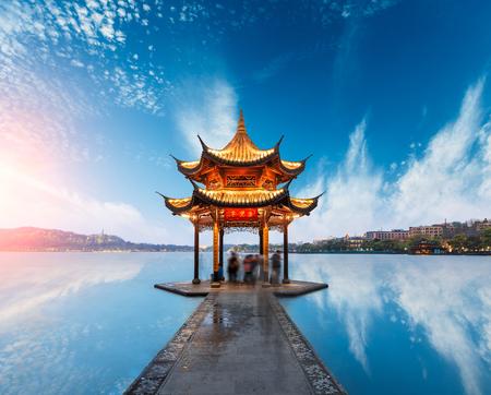 ancient pavilion of Hangzhou west lake at dusk, in China Foto de archivo