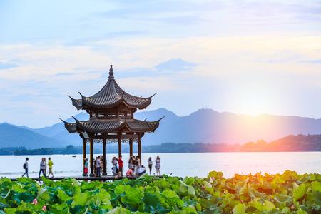 항저우 서쪽 호수의 고대 관, 황혼, 중국 스톡 콘텐츠