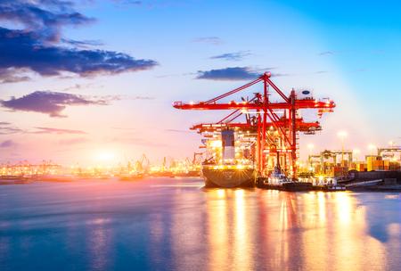Containers laden met kraan in de ochtend, handelshaven, verzending Stockfoto