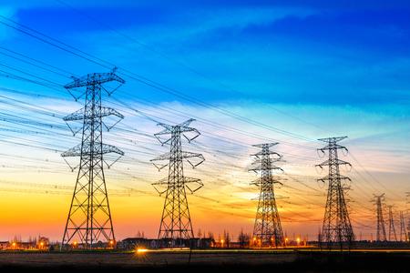 Poste de haute tension, fond de coucher de soleil ciel tour haute tension Banque d'images - 81216544