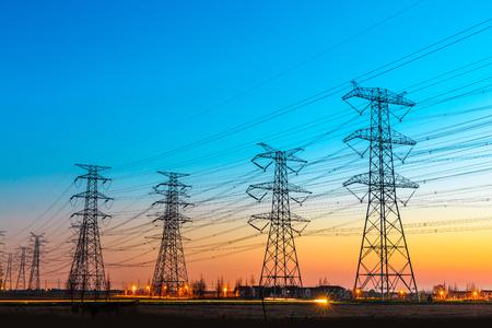 高電圧のポスト、高電圧塔空夕日を背景 写真素材