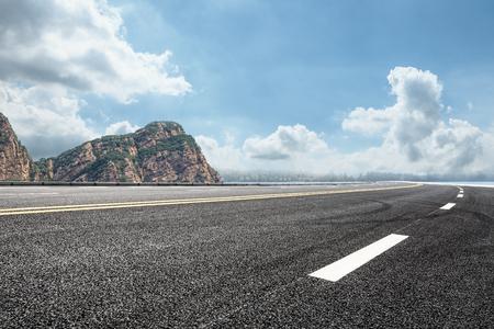 asfaltweg en berg achtergrond