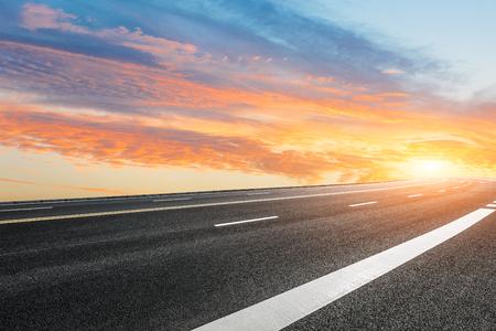 夕暮れ時のアスファルト道路と空雲風景 写真素材