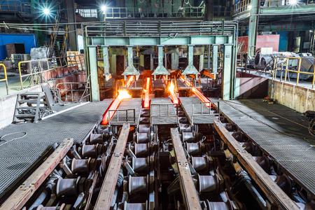 鉄鋼プラントにおけるコンベヤに熱い鋼 報道画像