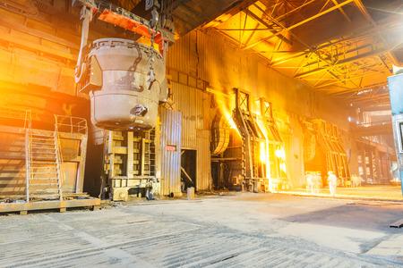 Hoogoven smelten vloeibaar staal in staalfabrieken Stockfoto