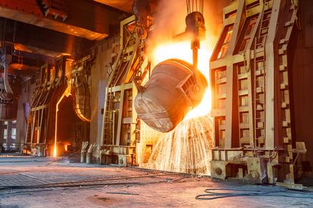 철강 제련소에서 용광로를 용광로로 용광로 스톡 콘텐츠