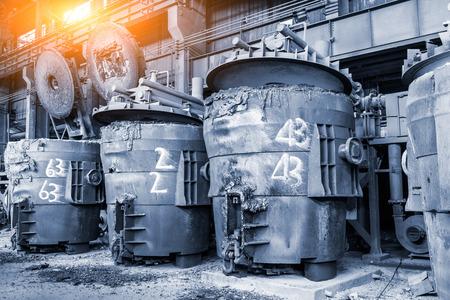 Hoogovens smelten vloeibaar staal in staalfabrieken