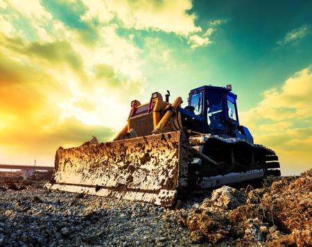 Bulldozer sur un chantier de construction au coucher du soleil Banque d'images - 89256049