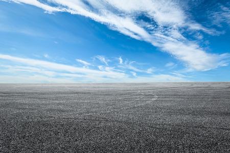 자동차 타이어 브레이크와 아스팔트 도로 회로와 하늘 구름