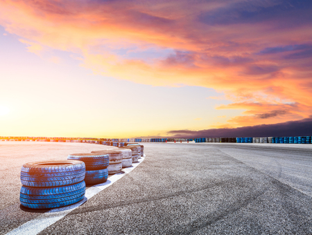 Asfalto circuito di strada e cielo tramonto con pneumatici pneumatici auto