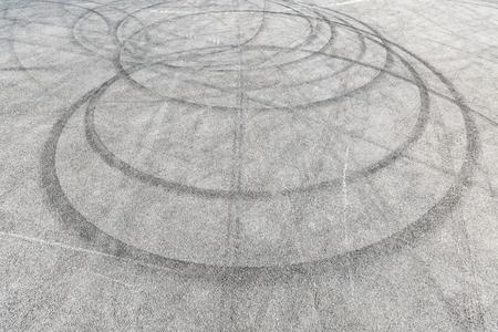 추상적 인 배경 검은 타이어 트랙 스키드 아스팔트 도로, 높은 각도 샷 레이싱 회로에서보기