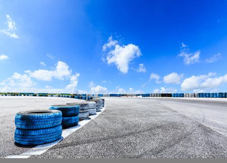 アスファルト道路の回路と空の雲と車のタイヤブレーキ