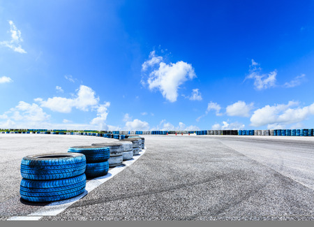 Asfalt wegcircuit en hemelwolken met autobandrem Stockfoto