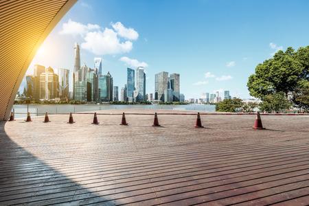 Puste kwadratowe piętro miasta i dekoracje nowoczesnych budynków komercyjnych w Szanghaju w Chinach