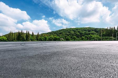 국제 회로 아스팔트 도로와 푸른 하늘 자연 풍경