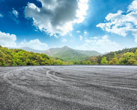 circuit asfaltweg en groene berg natuur landschap onder de blauwe hemel Stockfoto
