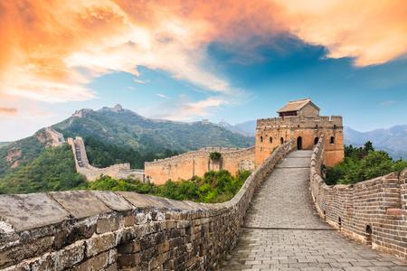 Wielki Mur Chiński w sekcji jinshanling, krajobraz zachód słońca